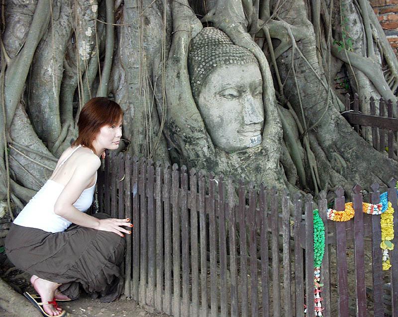 ワット・プラ・マハタート寺院。写真を撮ってもらうときにはしゃがみましょう。仏頭より高い場所に立つことは禁じられています
